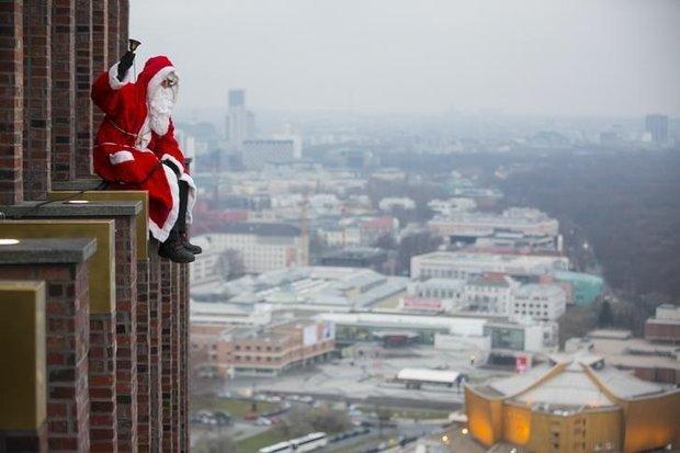 VIDEO: Santa rappels skyscraper in Berlin to surprise children